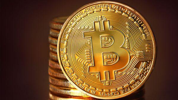 Резкий взлет биткоина оживил курс популярных криптовалют