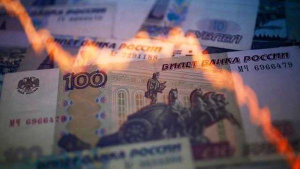 Рубль успешно дешевеет и без новых санкций