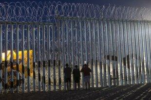 """Выступающий против депортаций кубинец """"распял"""" себя в Мексике"""