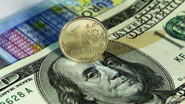 Рубль на межбанке вырос против доллара на 19 копеек