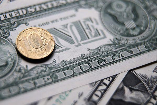 Курс рубля на межбанке провалился ниже 64 за доллар